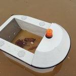 Автономный водный робот гоняется за мусором