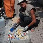 Ирина Беляева заделывает дыры в тротуарах создавая мозаичные картины